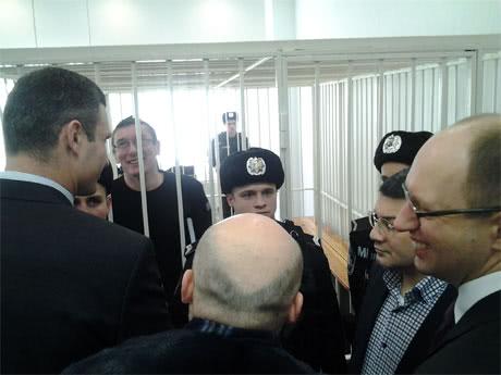 В суд по делу Луценко пришли Турчинов, Яценюк и Кличко (ФОТО)