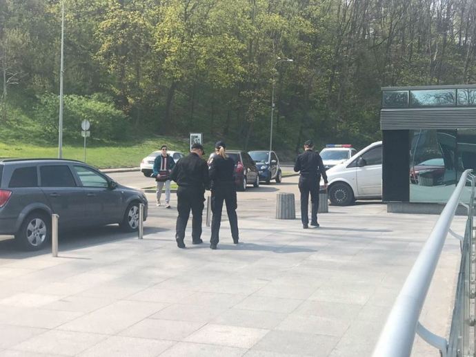 полиция под офисом В. Зеленского