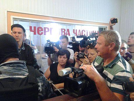 Райвідділок міліції заблокували журналісти, активісти громадських організацій та Беркут. Фото - НАСТУП