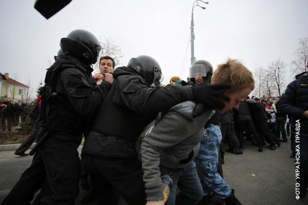 Правоохранители очень нежно обращаются с мирными активистами