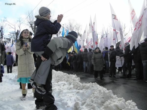 Майбутній журналіст на мітингу у Львові. Акція Вставай, Україно!, 16 лютого