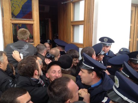 В Полтаве толпа ворвалась в здание горсовета и пытается поймать мэра