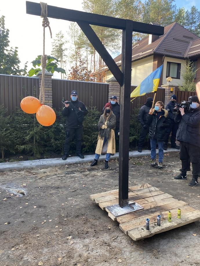 Активісти встановили шибеницю біля маєтку очільника КСУ / Центр протидії корупції