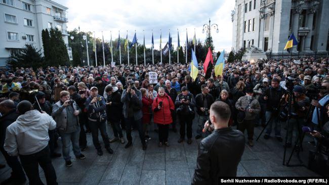"""Під офісом Зеленського протестували проти """"формули Штайнмаєра"""" (фото+відео)"""