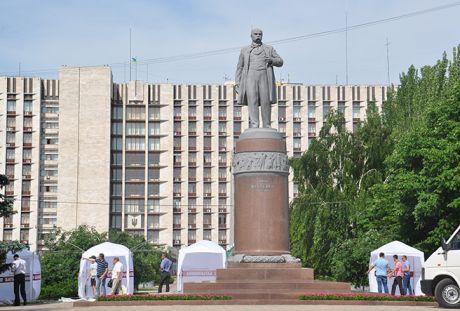 И у памятника Шевченко – палатки оппозиции
