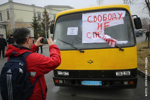 Активисты немного украсили милицейский автобус