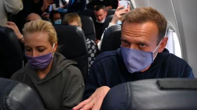 Навальний перебуває у поліції, адвоката не пустили