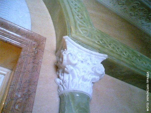 Во дворце Януковича есть рыцарский зал, кинотеатр и золотой иконостас   6c822be honka13