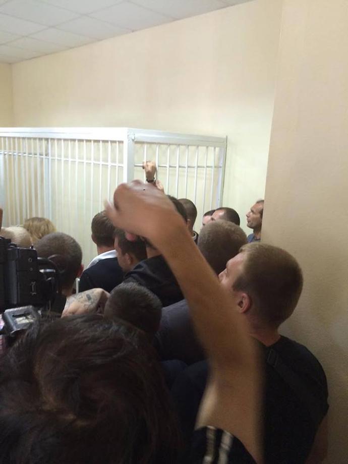 Молодые люди блокируют выход из зала суда