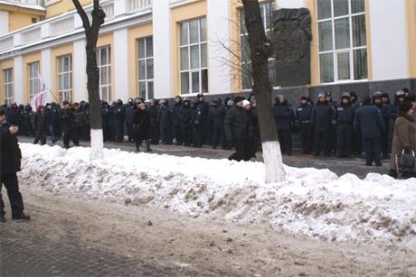 Міліція на захисті Вінницької ОДА перед штурмом. Фото видання iVin
