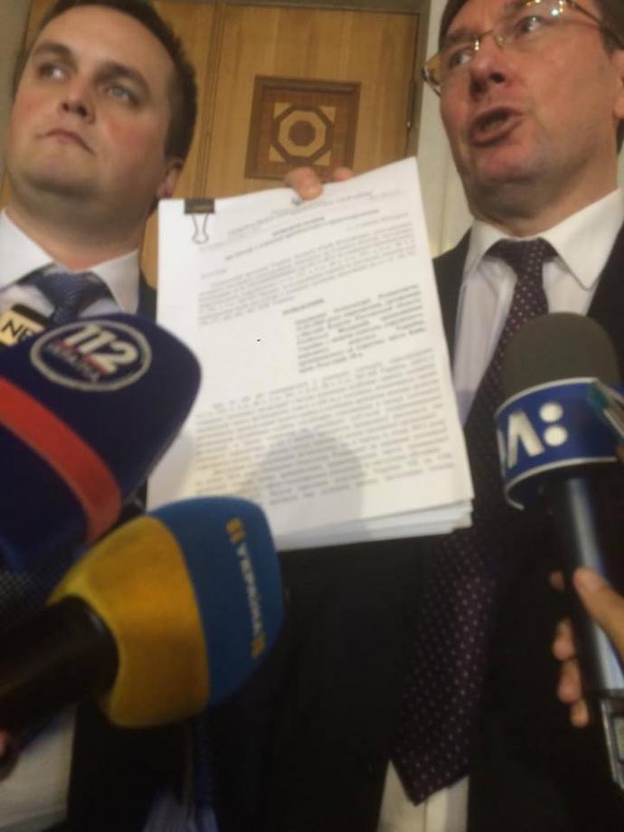 Назар Холодницкий и Юрий Луценко держат подозрение Онищенко 5 июля 2016 года