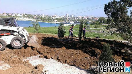 К визиту Януковича рабочие раскидывают землю вдоль главной аллеи, чтобы создать впечатление ухоженных газонов
