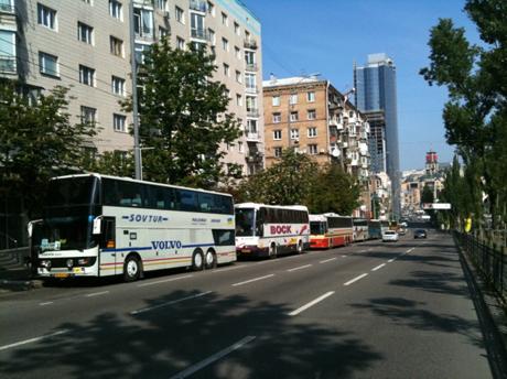Автобуси вздовж бульвару Лесі Українки. Фото Оксани Коваленко, УП