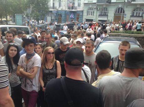 Под офисом Удара неизвестный митинг. Фото Дмитрия Белоцерковца