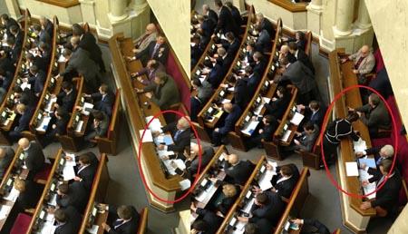 Депутат Бережна голосує з різних місць. Фото Аронця