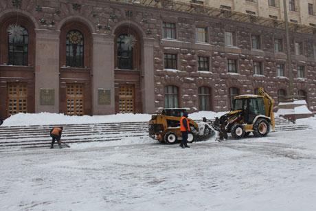 Біля КМДА сніг дійсно прибирають. Фото Оксани Коваленко, УП