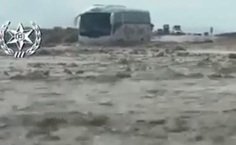 Украинские туристы едва не утонули в автобусе в Израиле. Потрясающее видео
