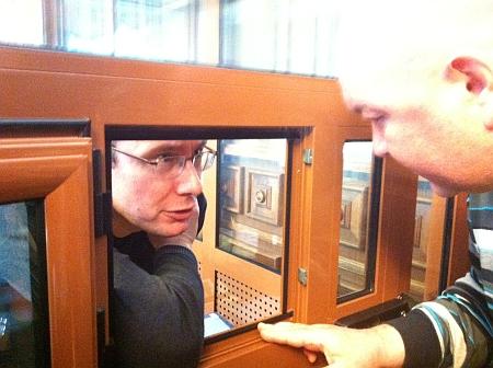 Луценко в суді по касації сидить у скляній клітці