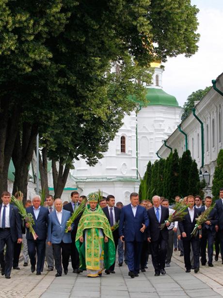 Президент відвідав богослужіння з нагоди Дня Святої Трійці у Свято-Успенській Києво-Печерській Лаврі. Фото - офіційне інтернет-представництво президента