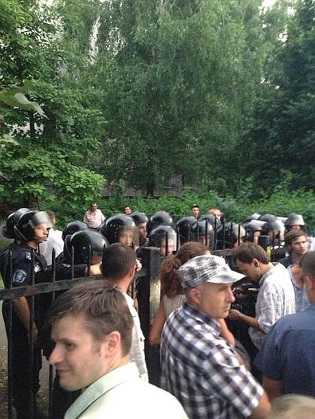 Під Святошинським райвідділком. Фото - з Facebook-сторінки Володимира Арєва