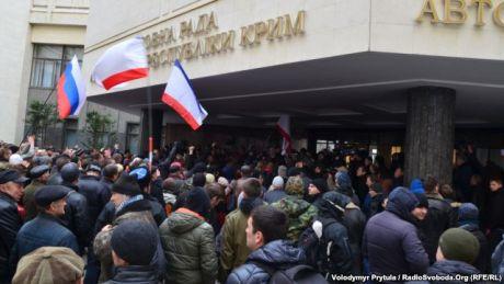 Проросійські сили заблокували Раду Криму, вимагають референдуму про незалежність. Фото Володимира Притули, Радіо Свобода