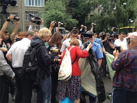 Міліція і чоловіки у білих сорочках спочатку не давали поставити намет. Фото Банкової