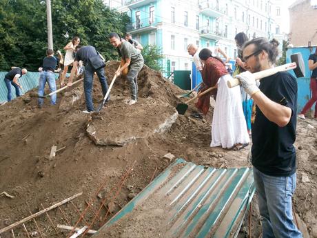 Кияни на будівництві на Десятинному провулку. Фото з Facebook Ігоря Луценка