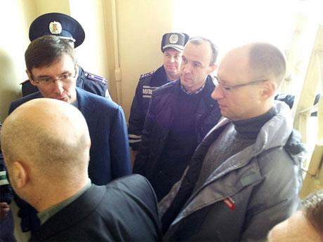 Луценко, Яценюк і Турчинов приїхали до Тимошенко. Фото Главное