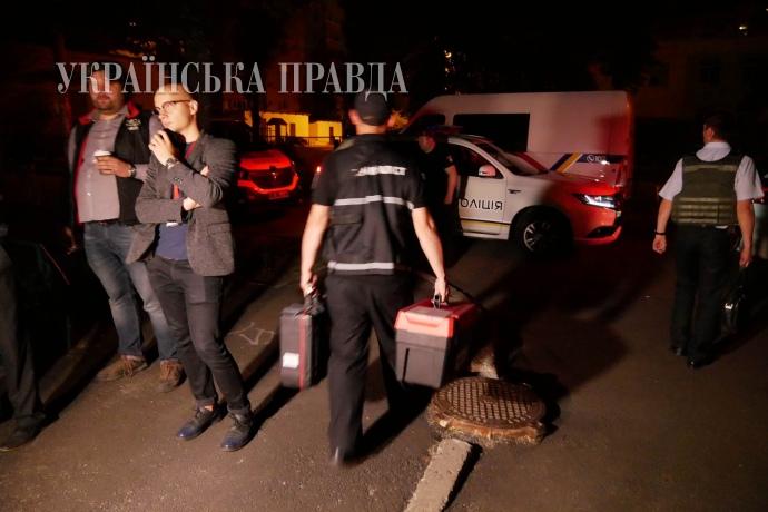 Близько 1:20 ночі криміналісти покидають помешкання Аркадія Бабченка