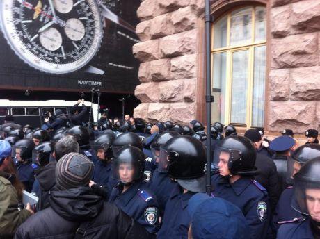 Оппозиционеры прорвались через кордон милиции и металлические щиты, но дверь Киевсовета не поддается - Цензор.НЕТ 3914