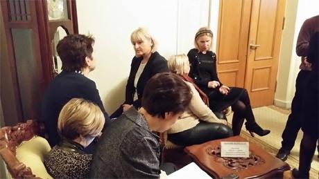 Жінки-опозиціонерки теж стережуть Рибака. Фото Андрія Пишного