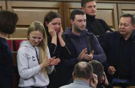 Дочь Тимошенко Евгения плачет на балконе ВР после того, как парламент проголосовал за немедленное освобождение экс-премьера