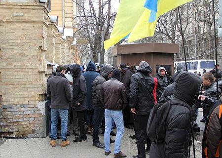Молодчики перекрыли проход к зданию комитетов. Фото УП