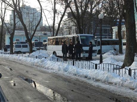 Автобусы с Беркутом. Фото с Твиттера N.Tarasovskaya