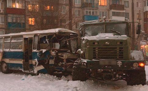 ВДонецкой области вавтобус сшахтерами въехал военный грузовой автомобиль