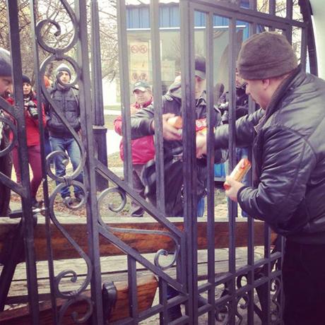 """Евромайданеры спрятались в  соборе,сюда подтягивается """"Беркут"""""""