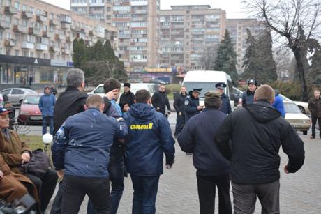 Свободівці передають провокатора міліції. Фото видання Прочерк