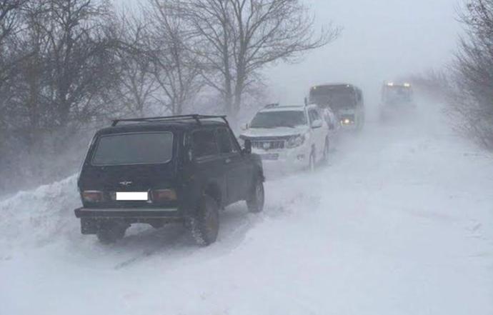 В Одесской области освобождают автомобили из снежного плена