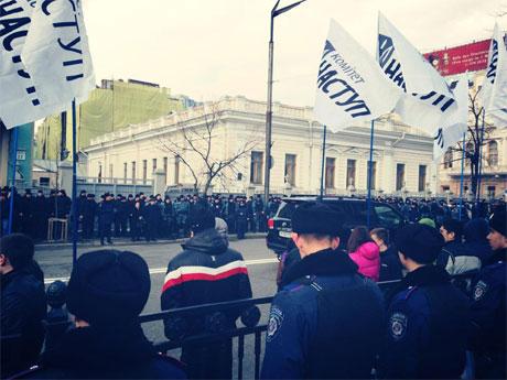 Беркутовцы перегородили тротуар и с другой стороны Грушевского