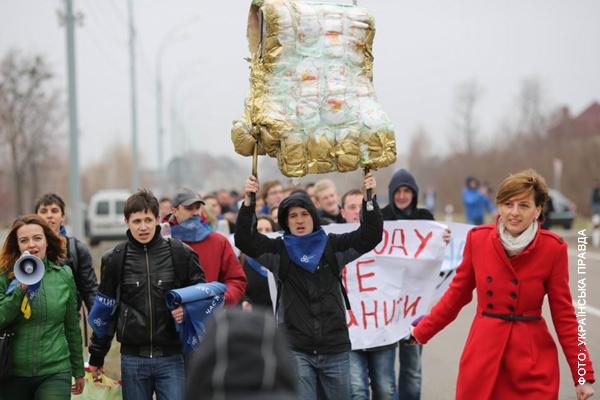 Активисты, журналисты и просто неравнодушные несут Януковичу памперс