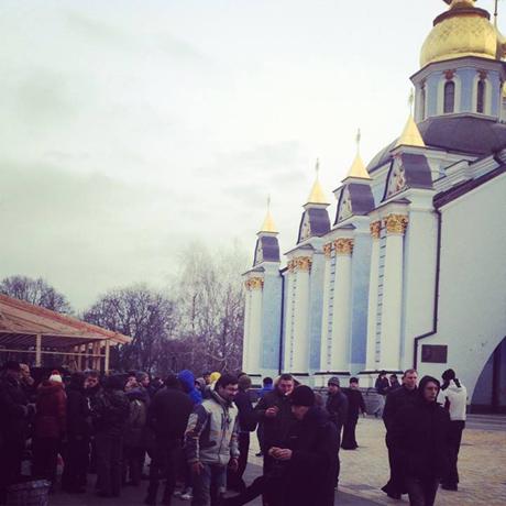 """9385d7c-sobor1 Евромайданеры спрятались в  соборе,сюда подтягивается """"Беркут"""""""