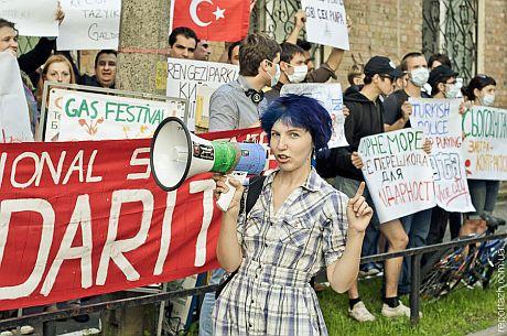 Украинцы под посольством Турции в Украине выразили свою солидарность с требованиями турецких протестуючищих