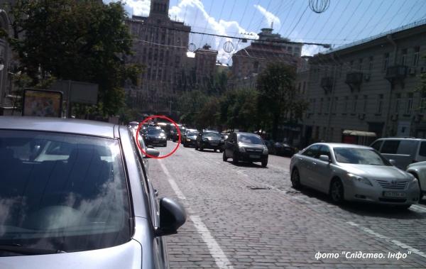 Кортеж на чолі з Мерседесом припаркувався біля Нафтогазу, забравши у інших водіїв цілу смугу