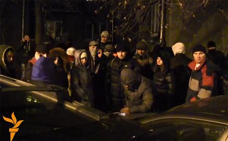 Активисты составляют списки. Стоп-кадр из видео Радио Свобода.