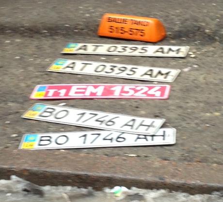 Номерні знаки, знайдені в автомобілі, що стежив за Яценюком. Фото прес-служби Батьківщини
