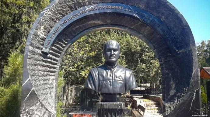 На севастопольском кладбище стоит бюст Януковичу-младшему