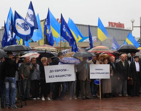 На антифашистський мітинг регіоналів у Ужгороді зганяли чиновників мерії, вчителів, лікарів…