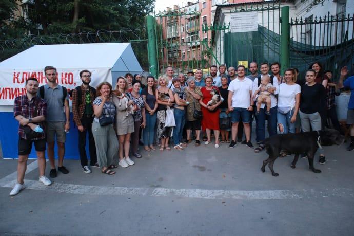 Активисты, которые дежурят у дома Барбано