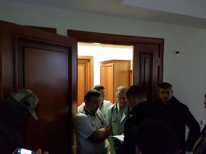 Прокуроры зачитывают текст подозрения Насирову возле палаты. Фото: Радио Свобода