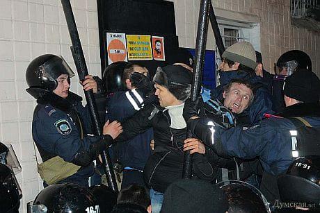 Сутички активістів та міліції біля бази Беркуту в Одесі